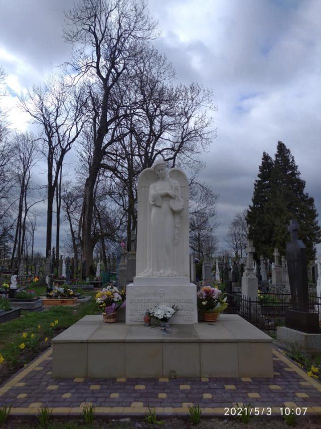 Світлина справа відтворює надгробний пам'ятник Вікторові Матюку споруджений у 1937 році. Автори відомі скульптори: А Павлось і А. Коверко.