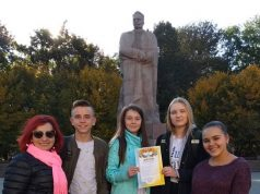 На фото: команда призерів обласного турніру юних математиків зі своїм керівником Ларисою Кровіцькою.